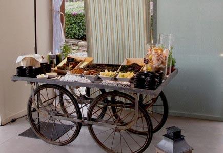 Para exponer los ricos quesos, las mermeladas caseras, no elegimos stand al uso sino que nos decantamos por unos carros de grandes ruedas./ ICongresos